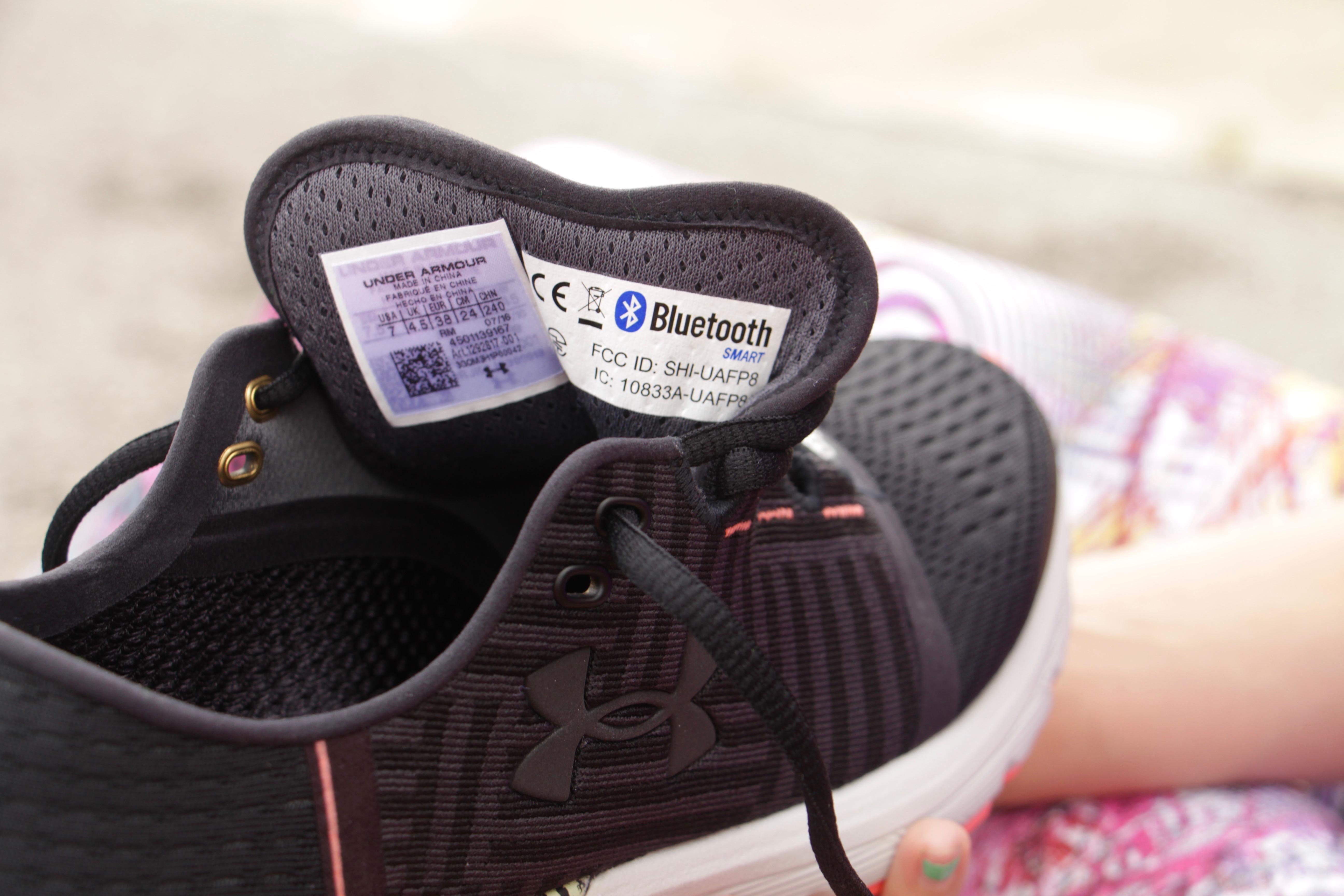 En Virtud De Los Zapatos Armadura Bluetooth W43JC1